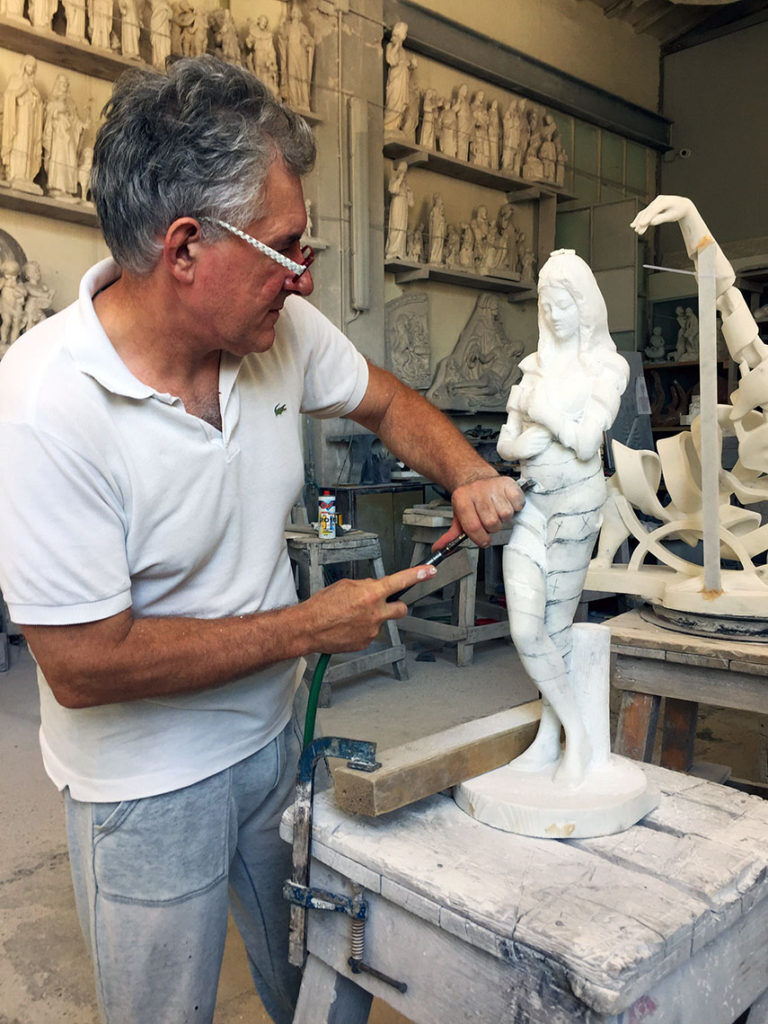 Roberto Piaia mentre scolpisce il marmo